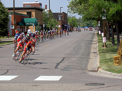 Peloton pursued by eight breakaways